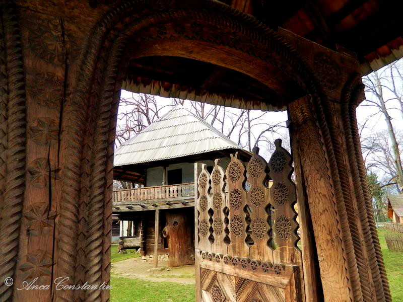 poarta sculptata romaneasca